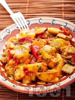 Постен зеленчуков гювеч с картофи, чушки, тиквички, лук и бамя в глинен съд на фурна - снимка на рецептата